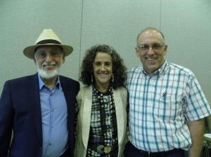 Michael Brown, MSC, LMFT, fundador y proprietario de Parejas Felices Comunidades Saludables, con los Doctores John & Julie Gottman en un Taller Matrimonial en Seattle